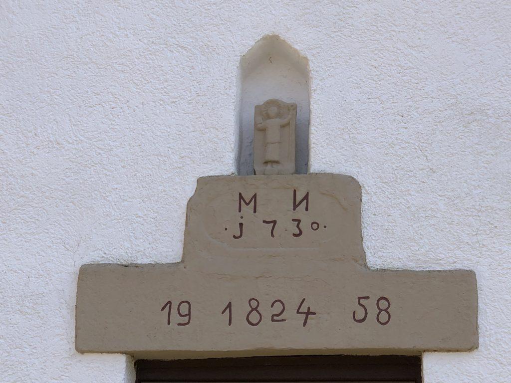 Nurmehr eine Kopie einer der ältesten Kiliansdarstellungen steht in einer Mauernische über dem Portal der Waldkapelle. Das Original befindet sich in der Filialkirche unten im Ort.