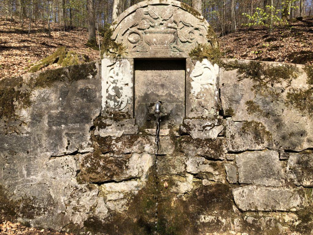 Der Buchbrunnen plätschert ganz in der Nähe der Steigerwald-Höhenstraße (Staatsstraße 2258).