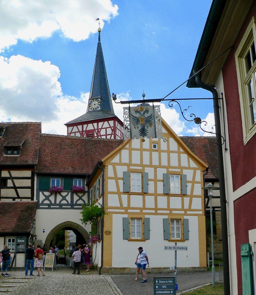 Zum Kirchenburgmuseum Mönchsondheim gehören zwei Kräutergärten – einer links herum am Schul- und einer gleich vorne rechts herum am Wirtshaus.